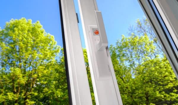 offenes Fenster mit Griff