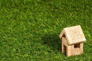Blockhaus auf Rasen